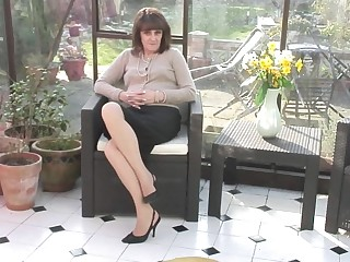 British amateur housewife gets naughty and wet